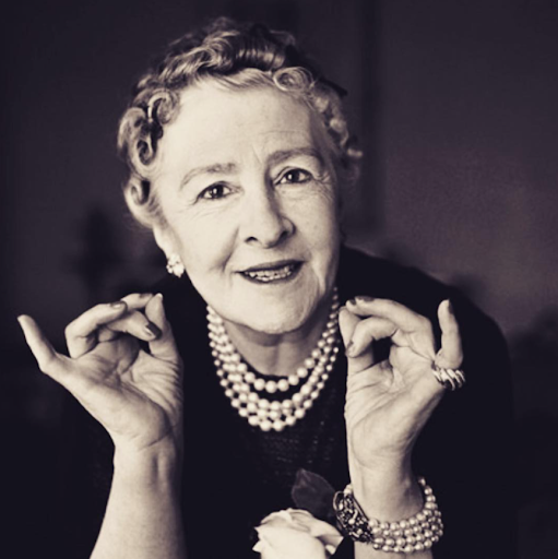 Image via Instagram   @cmunm    Syrie Maugham posing in pearls.