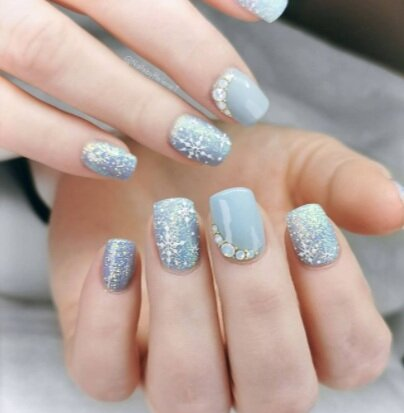 Image via  Instagram    Nothing says winter like sweet snowflakes on your nails.